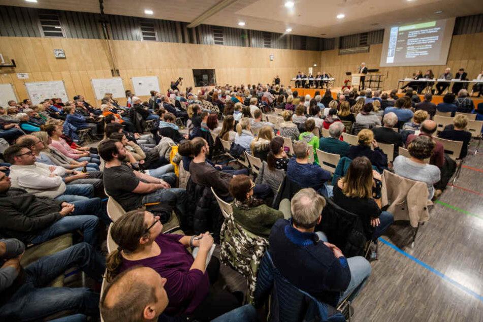 Mehrere hundert Menschen besuchen eine Informationsveranstaltung zum Thema Krebs bei Kindern.