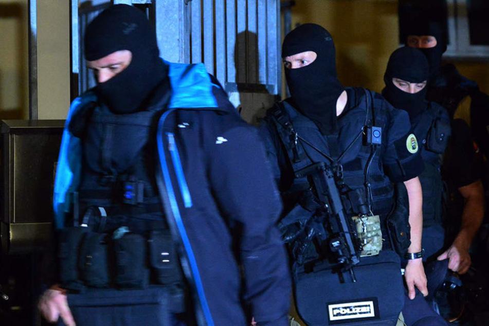 Das SEK nahm während des Einsatzes vier Personen fest, die in Verbindung mit dem Rockermilieu stehen könnten. (Symbolbild)