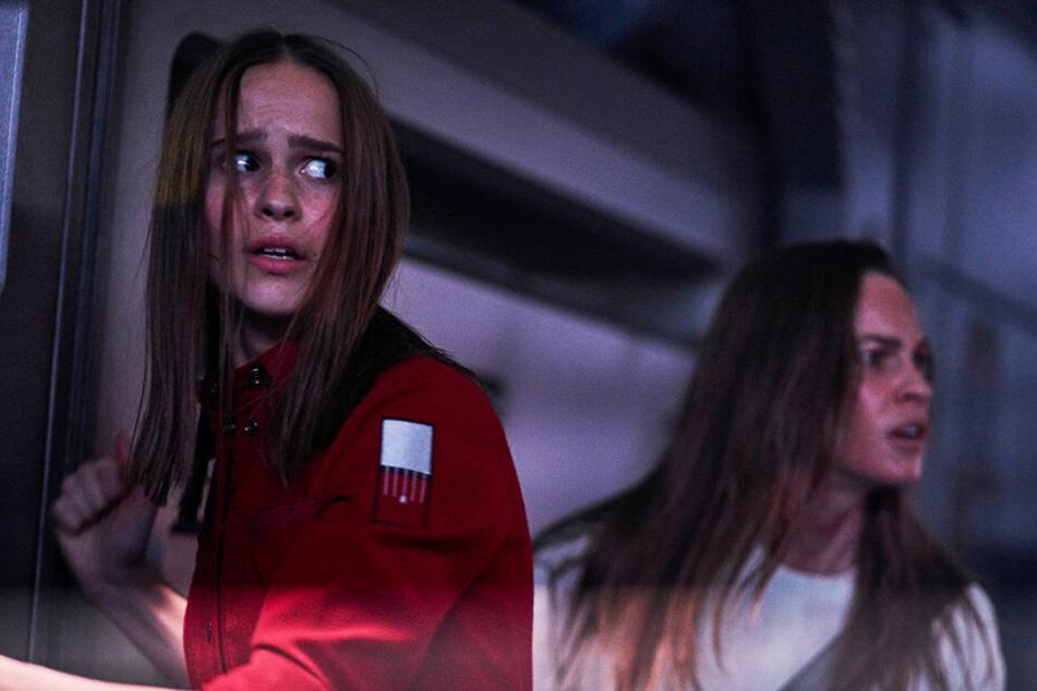 Besonders Clara Rugaard (l.) als Tochter überzeugt mit einer erstklassigen Leistung, während Hilary Swank erneut die toughe Frau gibt.