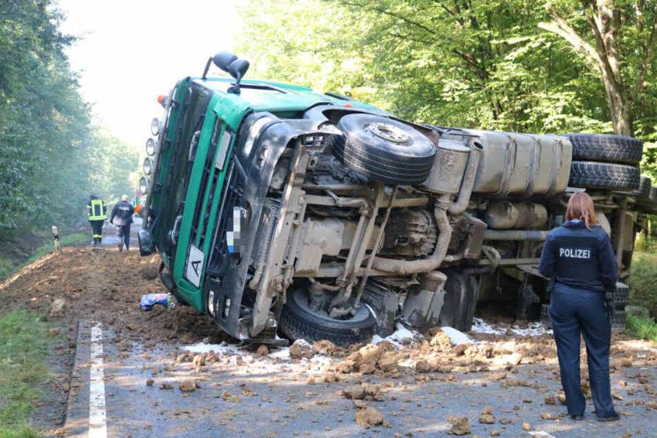 Der Lkw kippte um und verlor seine Ladung.