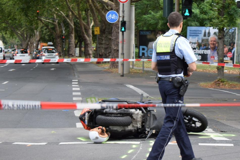 Lebensgefahr: Roller-Fahrer stürzt bei Unfall in Köln-Mülheim schwer