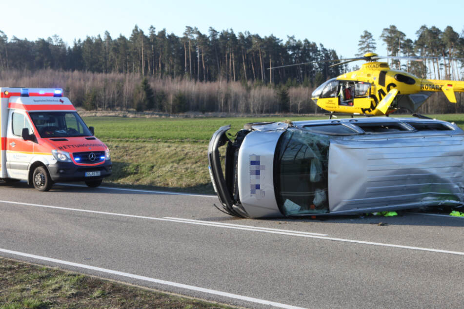 Auto kracht in Kleinbus: Sechs Verletzte, zwei Hubschrauber vor Ort im Einsatz