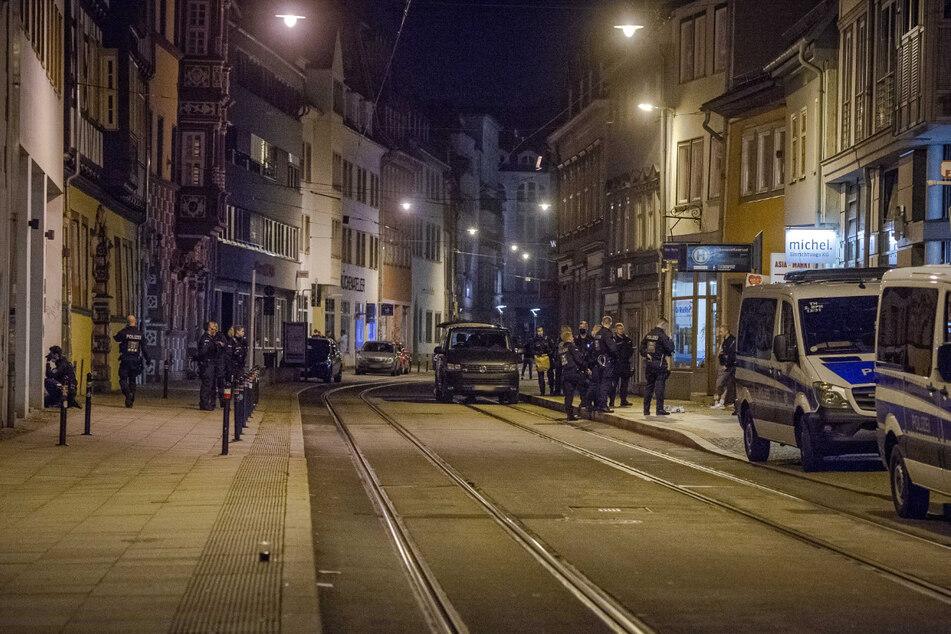 Die Polizisten kontrollieren eine Personengruppe in der Johannesstraße rund 500 Meter von der Schlägerei in der Meienbergstraße entfernt.