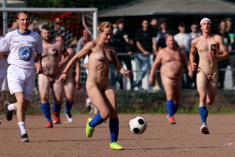 Bei dem Spiel trat eine Mannschaft in Trikots an und eine unbekleidet.