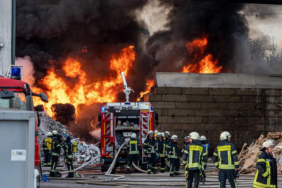 Brennender Müll und dichter Rauch: Feuerwehr im Großeinsatz