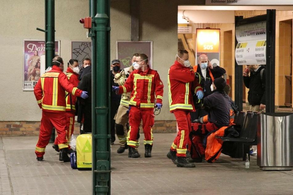 Vier Menschen sind bei einem Messerangriff in Berlin-Hellersdorf verletzt worden.