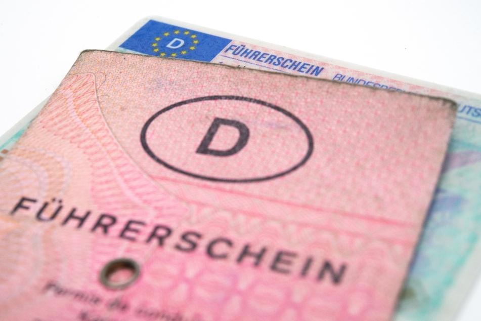 """Die alten """"rosa Führerscheine"""" (Papier-Führerscheinen) müssen gegen neue im Scheckkartenformat umgetauscht werden."""