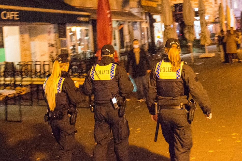 Polizisten sind im Schanzenviertel unterwegs. Nach dem Täter wird noch gesucht. (Archivbild)
