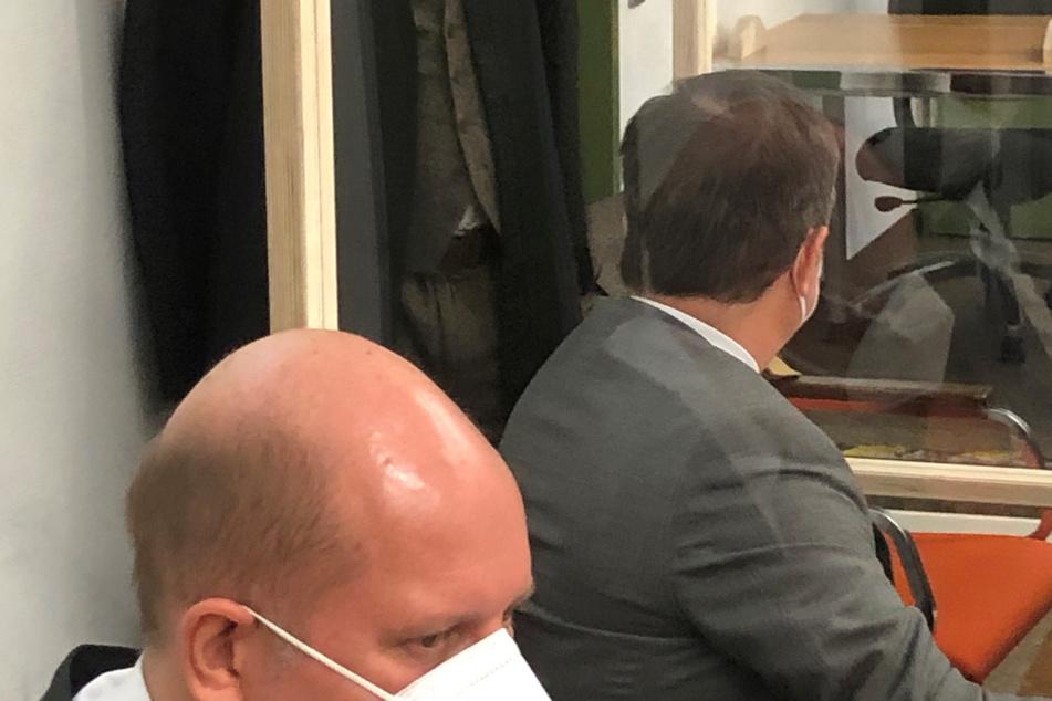 Ein angeklagter ehemaliger Rechtsanwalt (r.) sitzt vor Prozessbeginn auf der Anklagebank neben einem seiner Anwälte Michael Nienerza (v.).