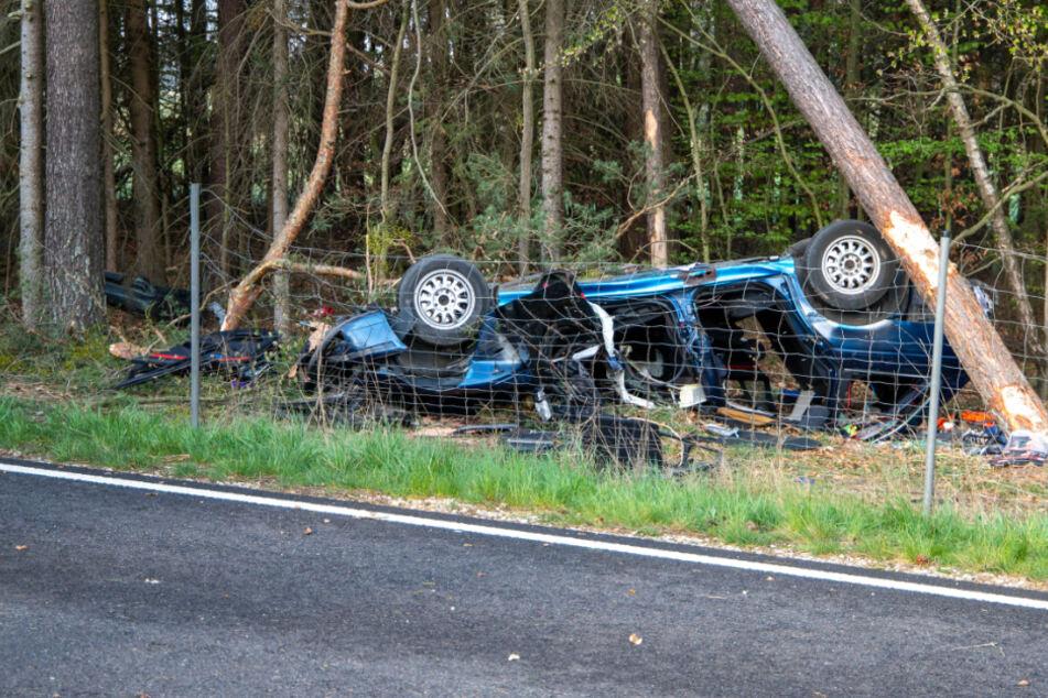 BMW überschlägt sich und kracht mit voller Wucht gegen Baum: Fahrer (25) stirbt
