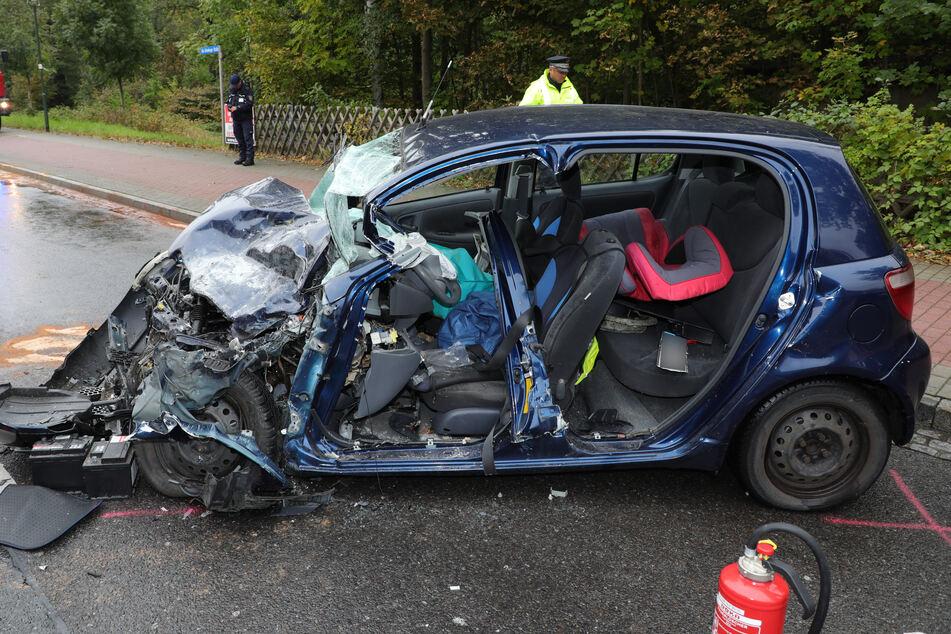 Die Feuerwehr musste die gesamte Fahrerseite samt Türen herausschneiden, um den Mann zu retten.