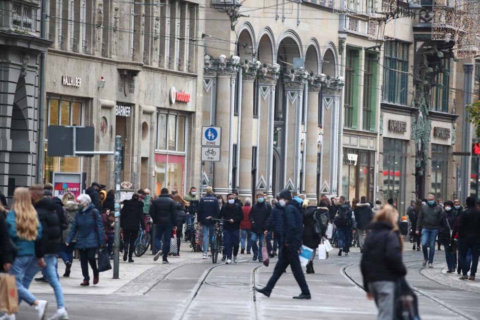 """Zahlreiche Menschen sind in der Fußgängerzone """"Am Anger"""" in der Erfurter Innenstadt unterwegs. Ab kommenden Montag kann in der Landeshauptstadt der Einzelhandel wieder öffnen. (Archivbild)"""