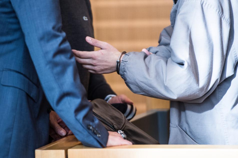 Mädchen an Weiher vergewaltigt und erwürgt? Jugendlicher (17) vor Gericht!