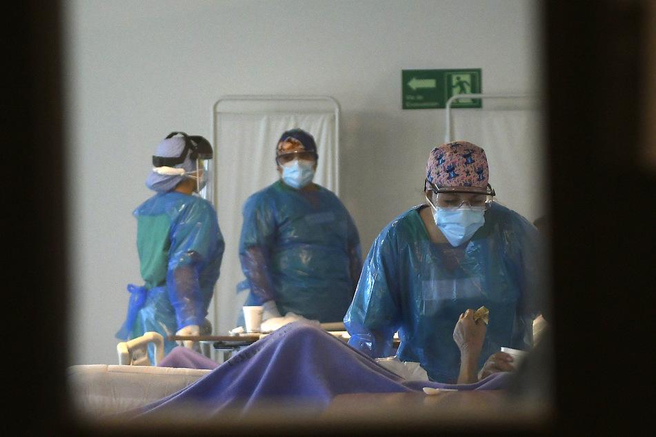 Medizinische Mitarbeiter behandeln Corona-Patienten in einem provisorischen Krankenhaus im Stadion Tierra de Campeones in Iquique.