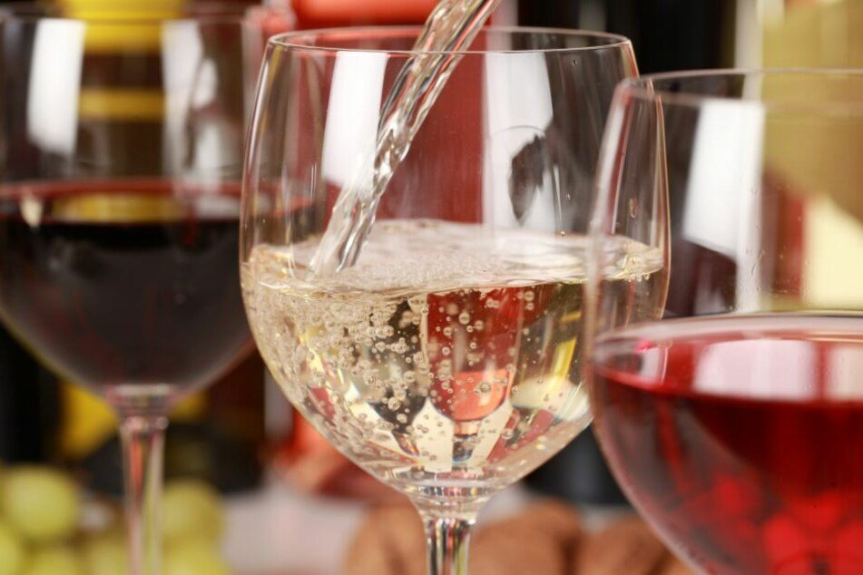 In Deutschland wurde 2018 etwas mehr Weißwein als Rotwein getrunken (Symbolbild).