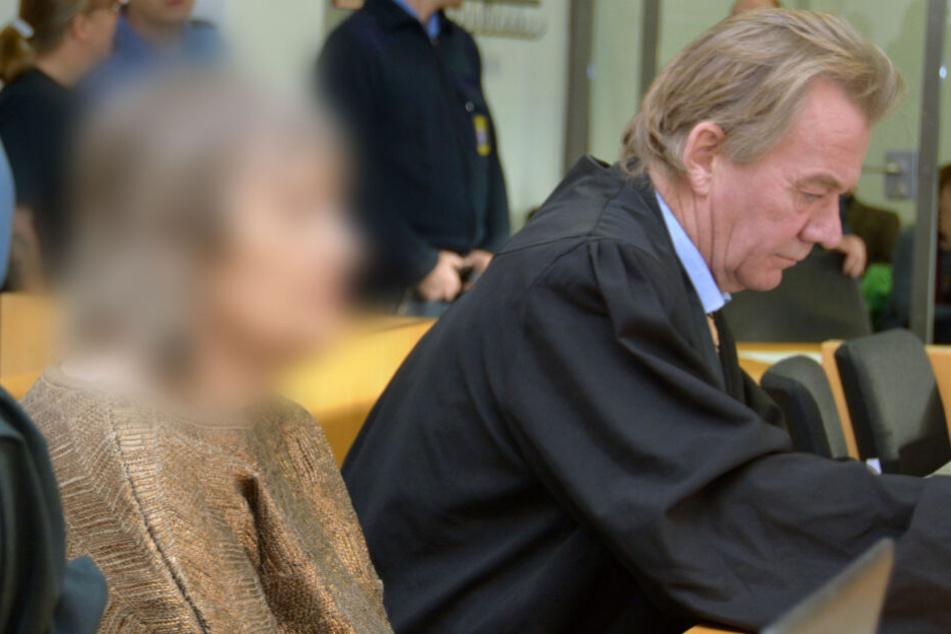 Die Sekten-Führerin sitzt neben einem weiteren Anwalt im Gerichtssaal.