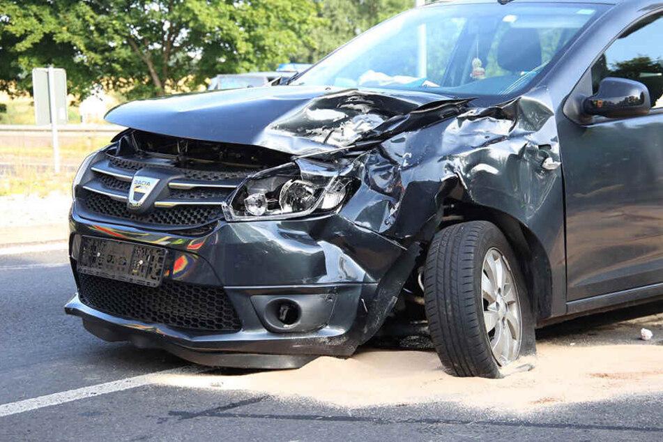 Schwerer Kreuzungscrash: Dacia und Laster krachen zusammen