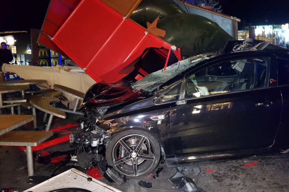 """""""Drive in"""" mal anders: Autofahrer kracht in Kinderrutsche bei McDonald's"""