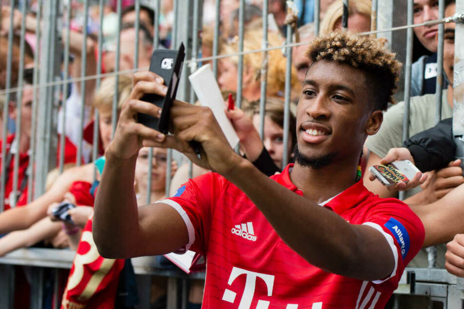 Kingsley Coman macht ein Selfie mit Fans. (Archiv)