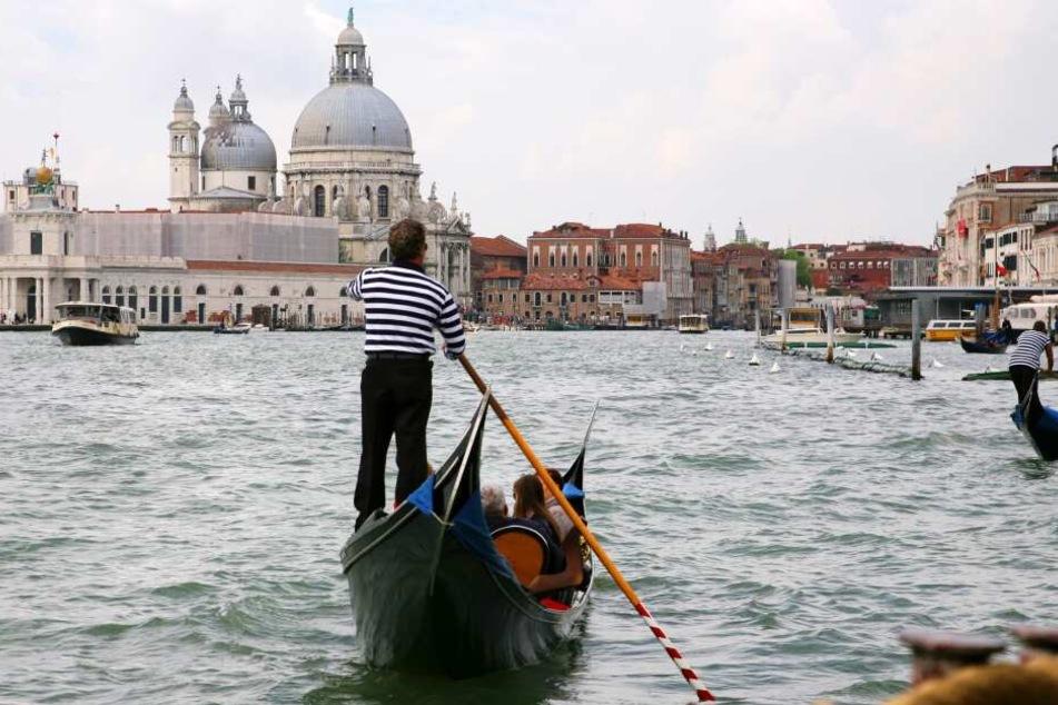 Wer nackt in einem Kanal in Venedig badet, muss eine saftige Strafe zahlen.