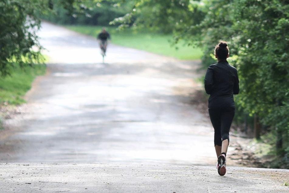 Joggerin im Stadtpark von jungen Männern schwer verletzt