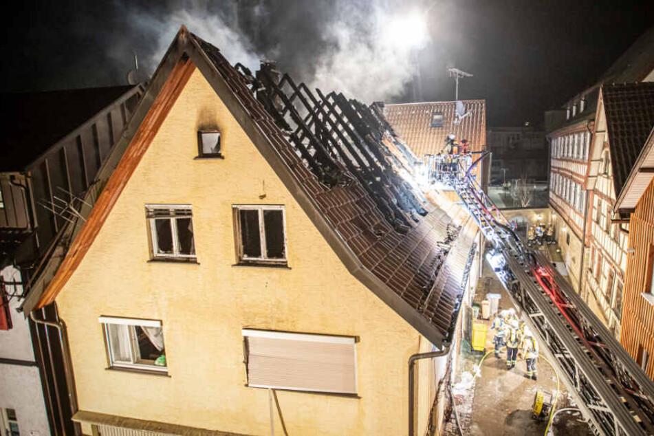 Einsturzgefahr! Feuer zerstört Fachwerkhaus