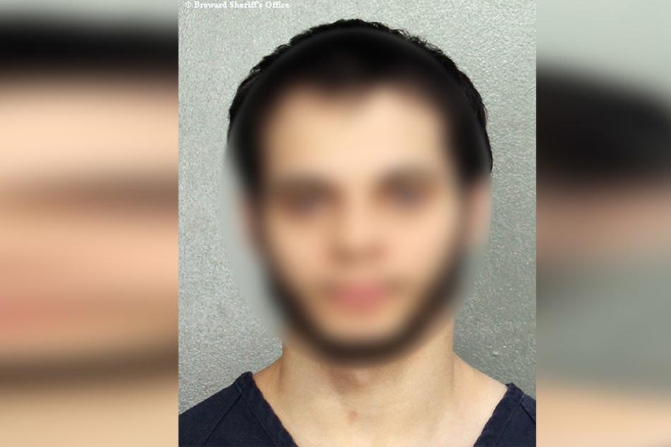 Esteban S. (26) soll die Waffe auf der Toilette durchgeladen und dann am Gepäckband losgeschossen haben.