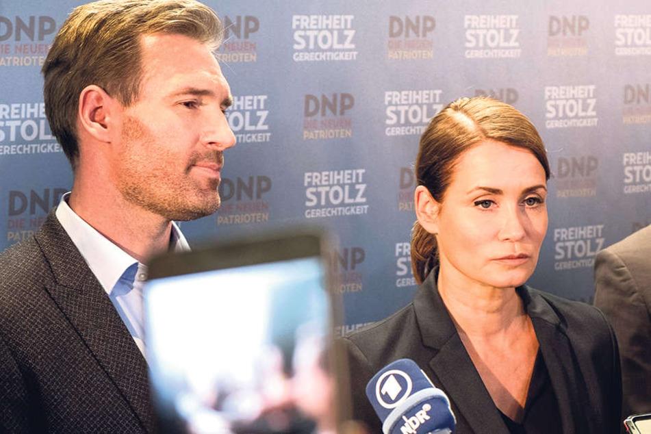 """Die DNP-Fraktionsvorsitzende Schramm (Anja Kling) und ihre rechtspopulistischen Parteifreunde stellen sich den Fragen der (""""System""""-)Presse."""