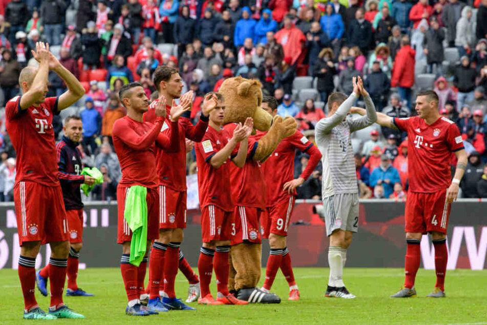 Robben (l.) bedankt sich mit den Spieler des FC Bayern München bei den Fans in der Allianzarena.