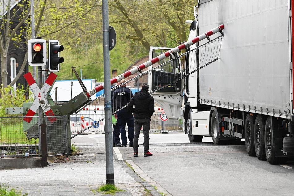 Lastwagen kracht in schließende Schranken: Ausfälle und Verspätungen bei der Bahn