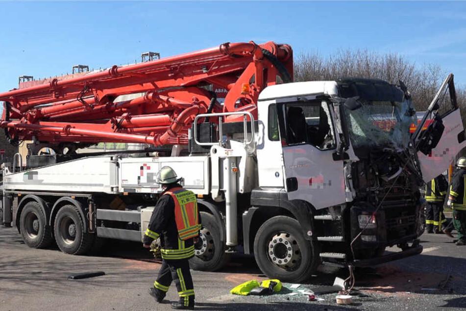Das Foto zeigt den beschädigten Lkw mit der Betonpumpe.