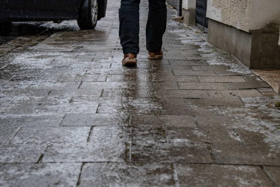 Auch für Fußgänger können die glatten Straßen gefährlich werden. (Symbolbild)