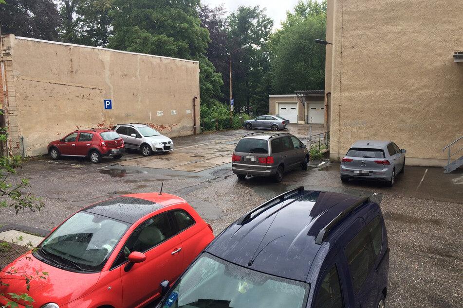 Im Hinterhof vor dem Salon Anja parkten wieder mehr Autos. Einzelne Männer und und ebenfalls einzelne Damen sollen dort gesehen worden sein.