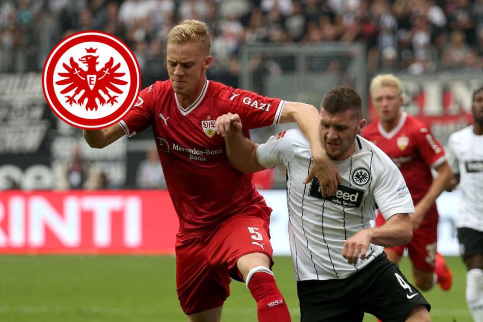 Der Frankfurter Ante Rebic (r) im Zweikampf mit Timo Baumgartl (l) aus Stuttgart.