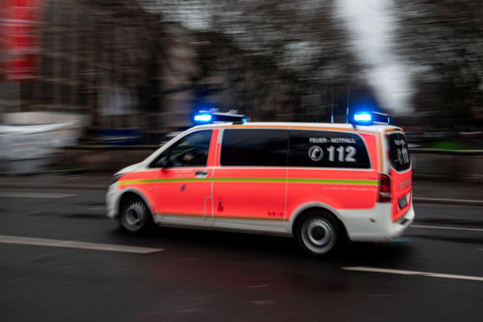 Ein Krankenwagen auf dem Weg zum Einsatz (Symbolbild).
