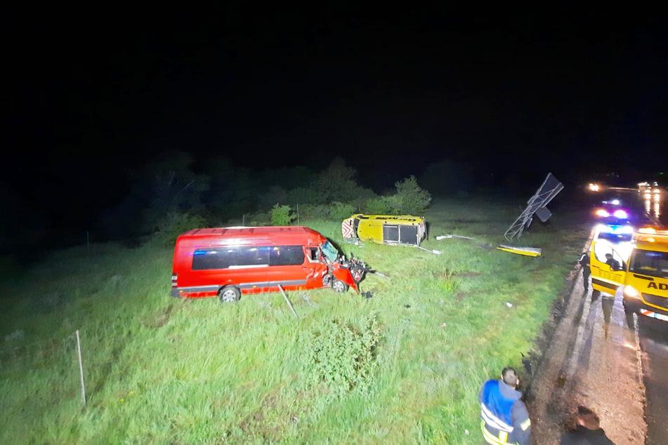 Der Kleintransporter war auf das Begleitfahrzeug aufgefahren, wodurch beide von der Fahrbahn abkamen und im Grünstreifen landeten.