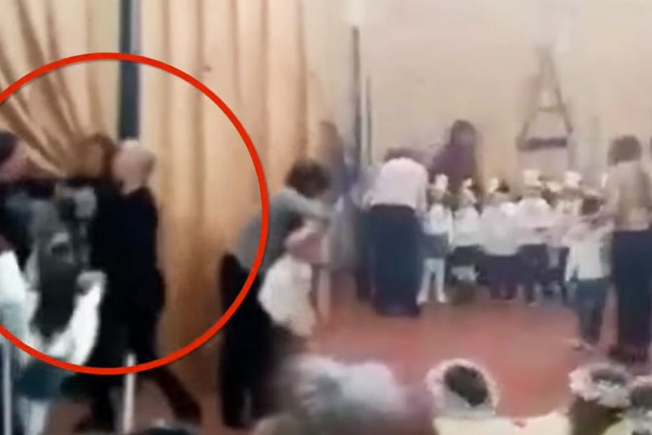 Mütter prügeln sich auf Schul-Weihnachtsfeier vor ihren Kindern