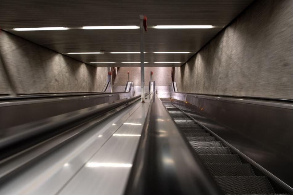Auf einer Rolltreppe trat der Mann an die Frau heran und begrapschte sie. (Symbolbild)