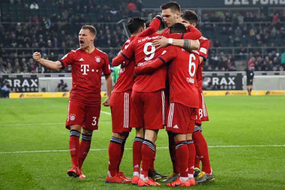 Der FC Bayern zieht durch den Sieg in Gladbach mit Borussia Dortmund in der Liga gleich.