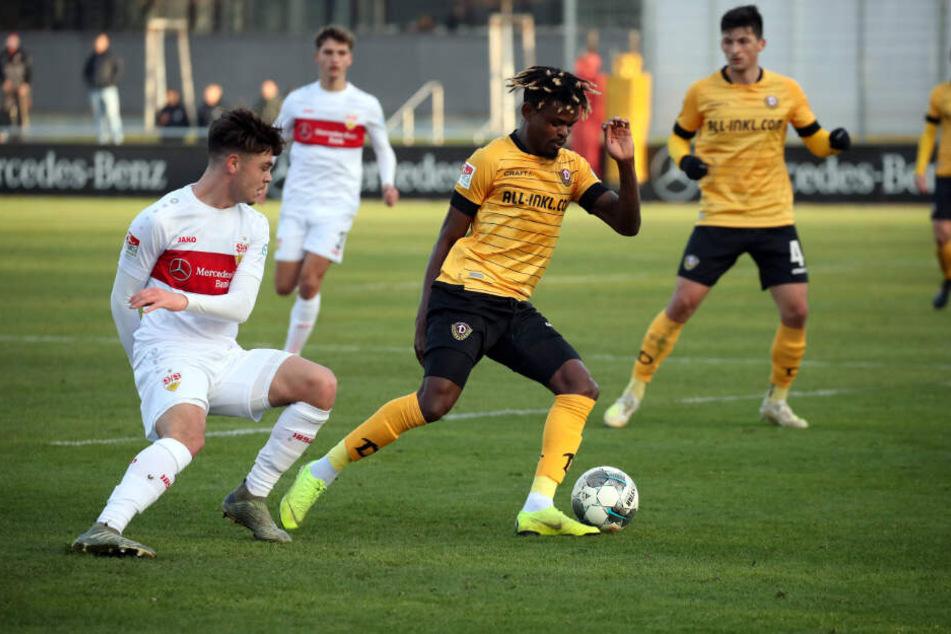 Seine bisher einzigen Minuten im schwarz-gelben Trikot absolvierte Godsway Donyoh (r.) beim Test in Stuttgart.
