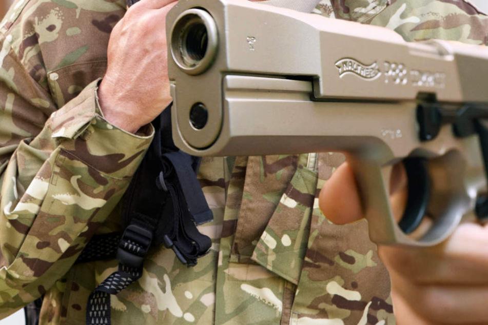 Militärisch gekleidet und bewaffnet schlichen die Drei ums Haus (Symbolbild).