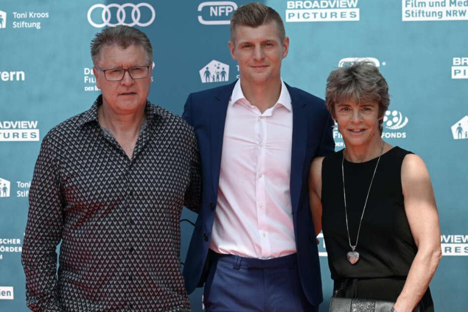 Toni Kroos zeigte sich bei der Premiere mit Vater Roland und Mutter Birgit.