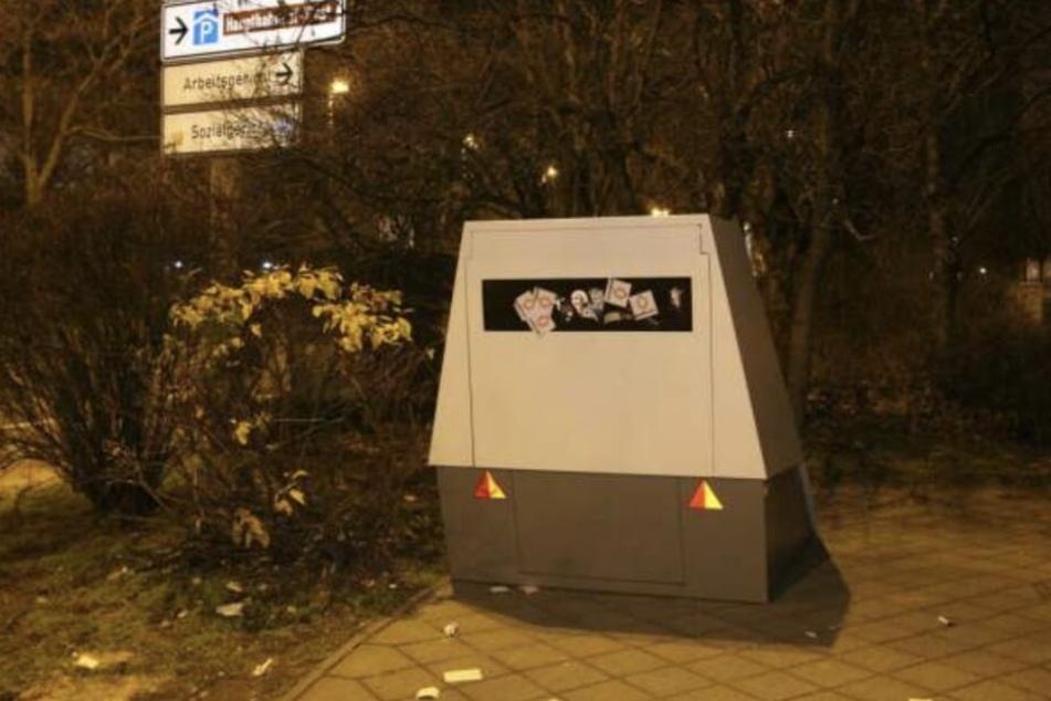 Schweinerei! Am Standort in der Gerberstraße wurde der Blitzer mit Stickern beklebt.