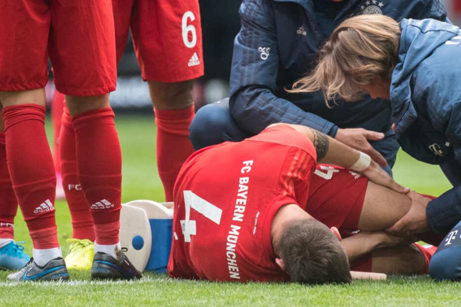 Niklas Süle vom FC Bayern München wird von den Teamärzten behandelt.