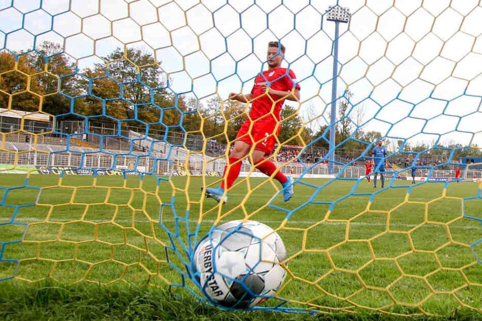 FSV-Mittelfeldspieler Janik Mäder hat zum 7:0 für Zwickau getroffen. Insgesamt lag der Ball 13-mal im Leipziger Gehäuse - Rekord für ein FSV-Pflichtspiel.