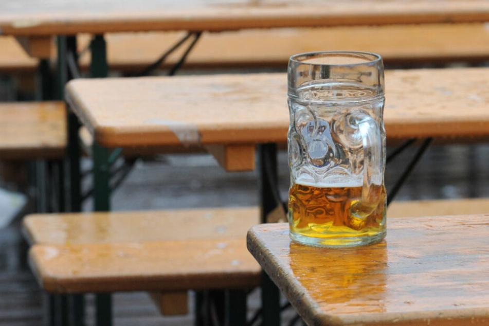 Unfassbar! Tourist schlägt Münchner völlig grundlos Maßkrug ins Gesicht