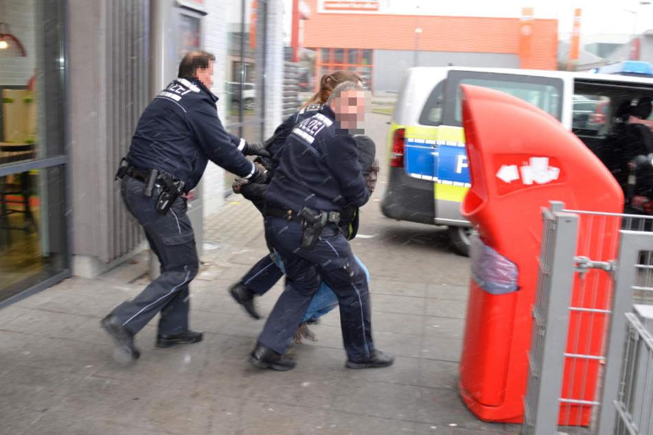 Der barfüßige Mann konnte von der Polizei unter Kontrolle gebracht werden.