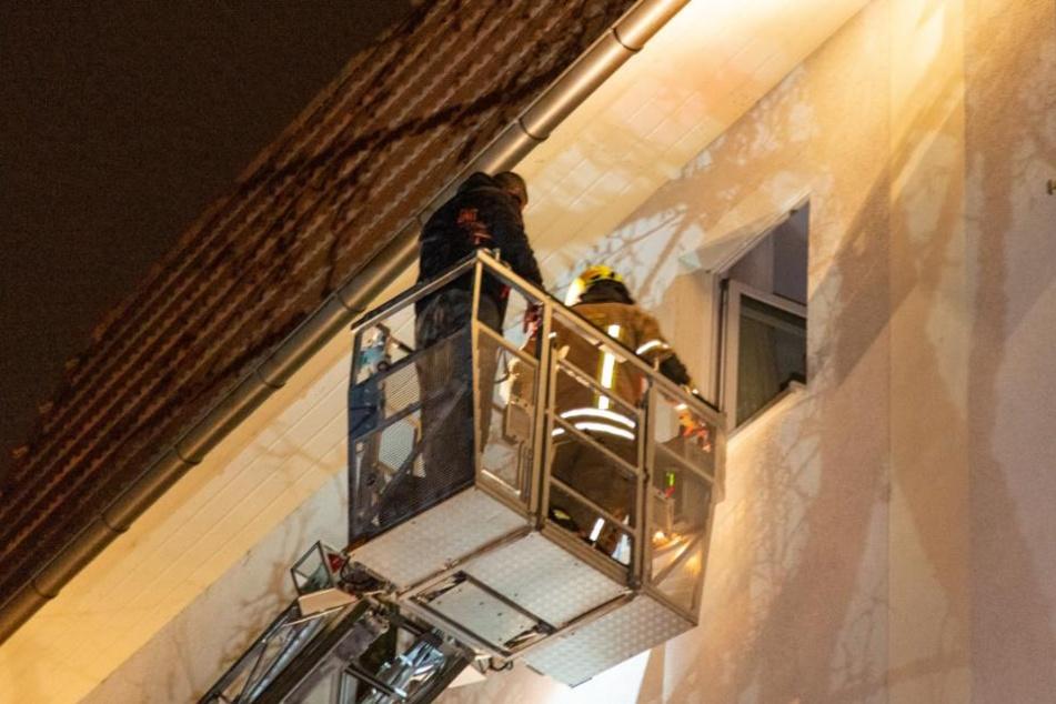 Mit einer Rettungsleiter mussten die Bewohner aus ihren Wohnungen geholt werden.