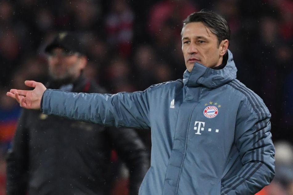 Trainer Niko Kovac von München gestikuliert an der Seitenlinie. Im Spiel dürfen Hände nicht eingesetzt werden.