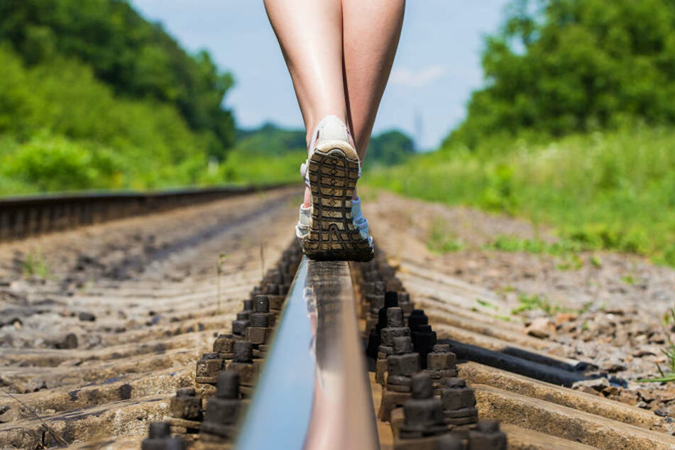 Seelenruhig spazierten die beiden Mädchen auf den Schienen. Eine genaue Zeugenbeschreibung führte die Polizei letztlich auf die richtige Spur (Symbolbild).